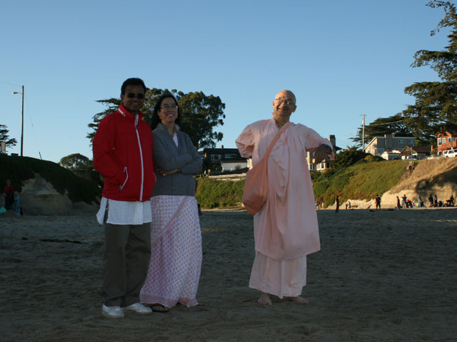 13-Sripad Parvat Maharaj with our new friends, Ananda Moyi Didi and her husband