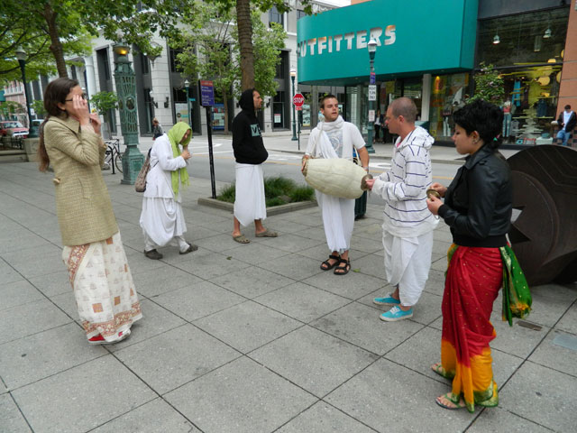 12 Nagarsankirtan in Santa Cruz with Ashram Maharaj