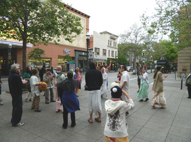 23 Nagarsankirtan in Santa Cruz with Ashram Maharaj