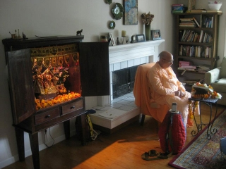01-Srila Janardan Maharaj led a program on Saturday at the house of Dayal Krishna Prabhu and Malini Didi, outside of Portland, Oregon