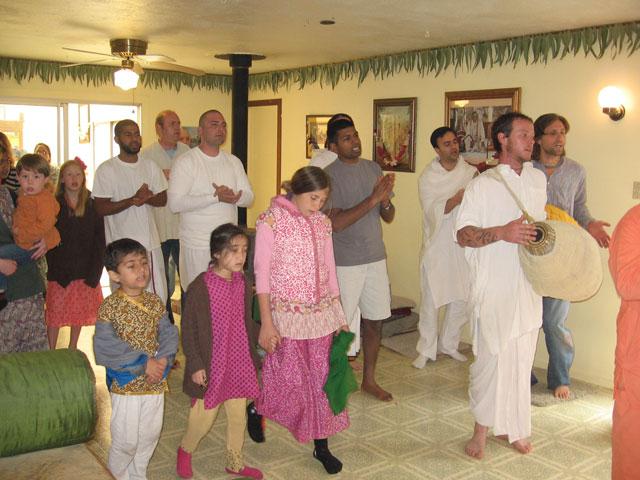 01-ashram-maharaj-sunday-feast
