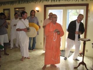 02-ashram-maharaj-sunday-feast